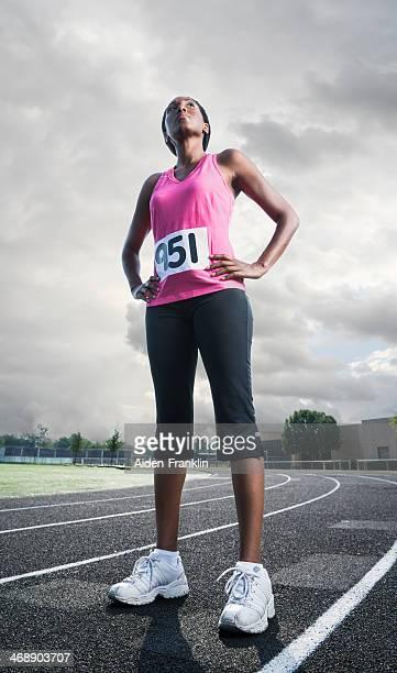 女性アスリートの前に立っているスポーツレーストラック