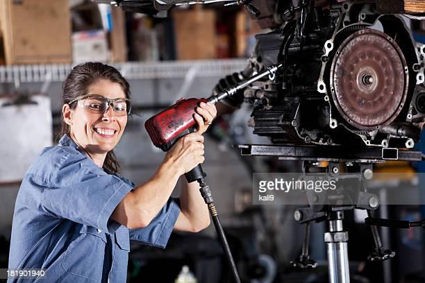Weibliche auto Mechaniker Arbeiten am auto-Getriebe