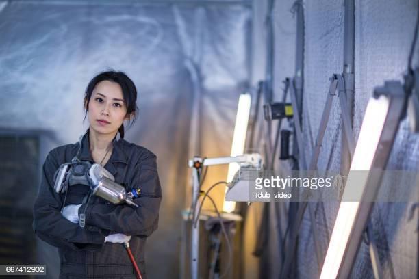 自動車修理工場の女性自動車技術者