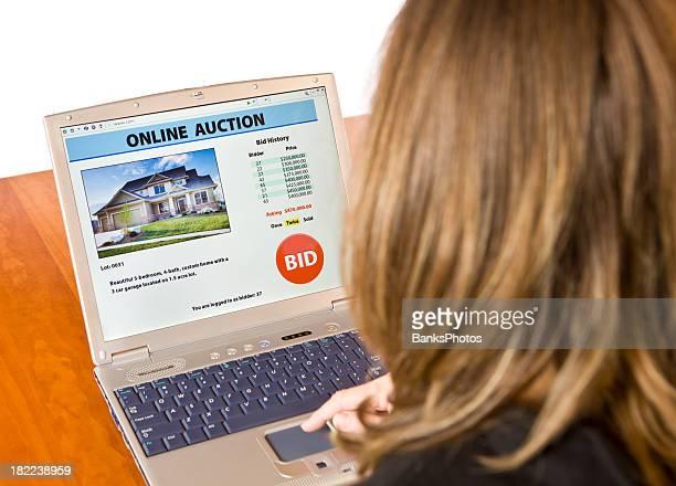 Fêmea uma licitação do leilão Online de setor imobiliário
