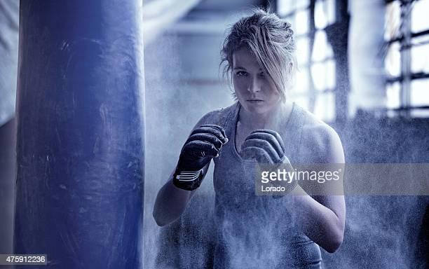 Femme boxer dans un entrepôt abandonné