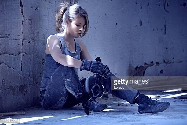 Weibliche boxer in einem verlassenen warehouse
