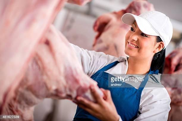 Femme butcher à l'abattoir