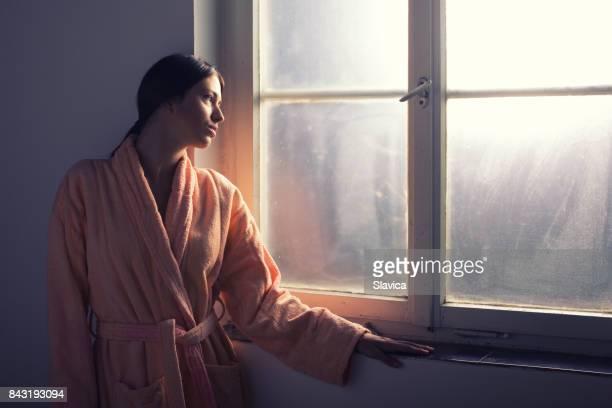 Weibliche cancer hospital patient Blick durchs Fenster