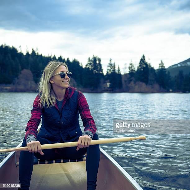 Fêmea canoagem no lago prisitine