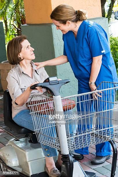 Soins femme parlant avec son patient généreux