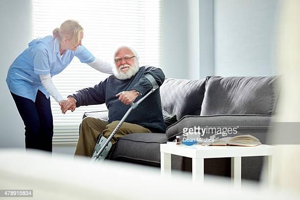 Femme homme senior carer aider les personnes à mobilité réduite