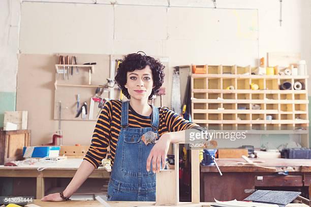 Weibliche Tischler in einer Konstruktion werkstatt