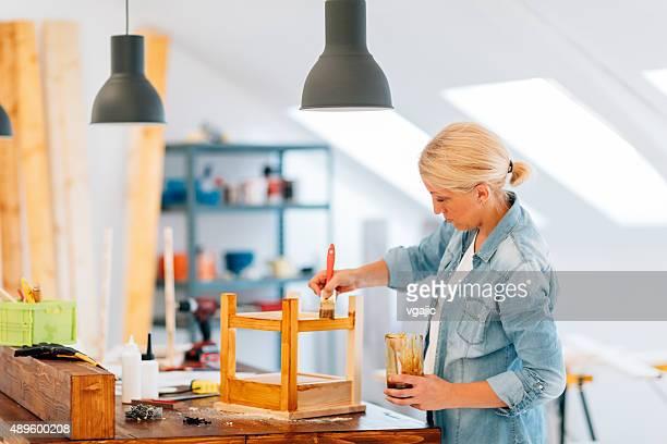 Mujer carpintero pintura muebles.