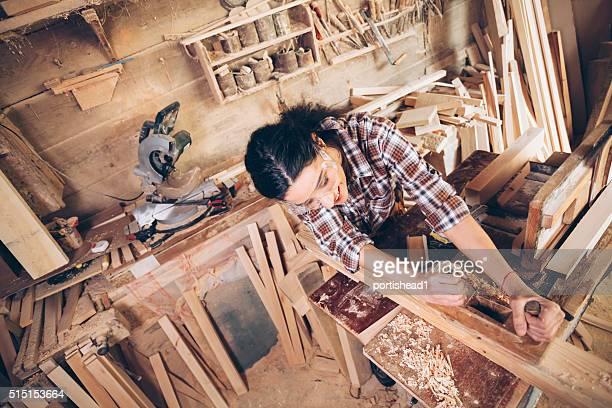 Femme charpentier bois conformité avec un organisateur de travail site