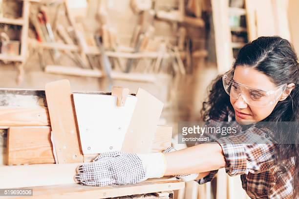 Femme charpentier bois conformité avec de travail site