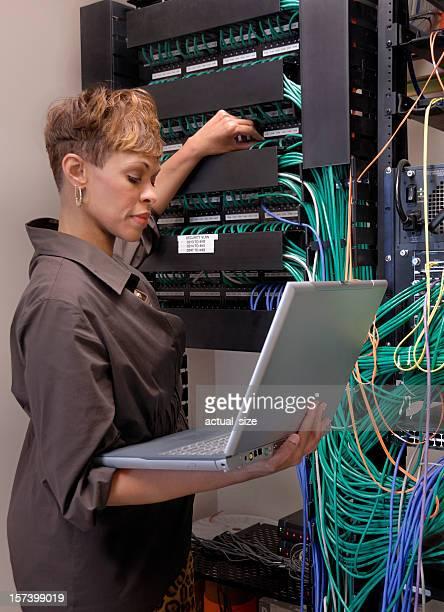 Mulher entrega Informático