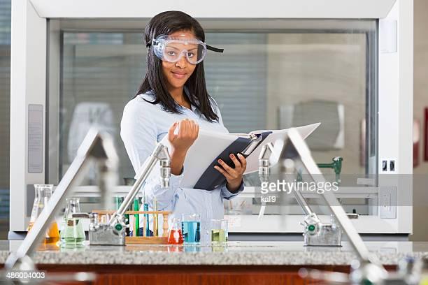 Weibliche Chemie Studenten, die eine Wissenschaft experimentieren