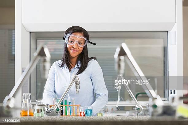 Weibliche Chemie Studenten, die Wissenschaft in Labor experimentieren