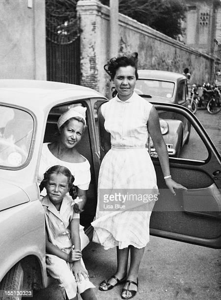 Weibliches Kind mit Familie im Auto, 1951.Black und weiß