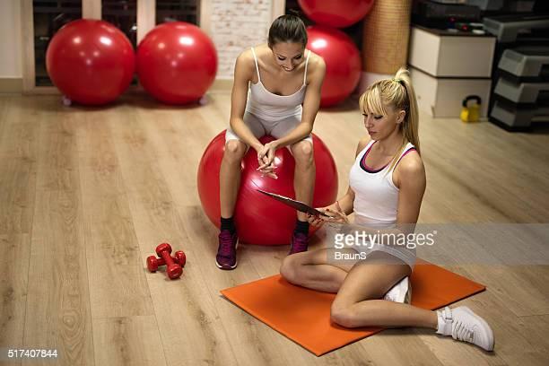 Femme entraîneur faisant un programme d'exercice avec jeune femme.