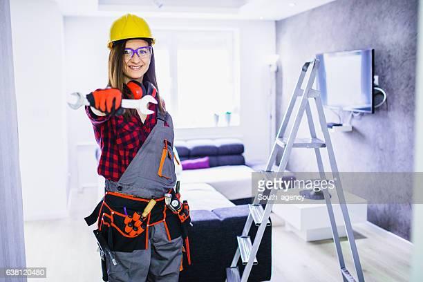 Femme travailleur de la construction avec des outils