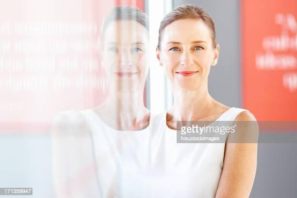 Weibliche Corporate Arbeiter Lächeln