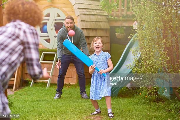 Femme cricket en famille dans le jardin