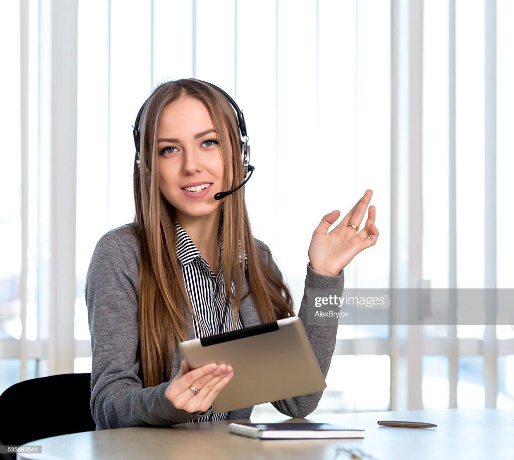 Weibliche Kunden-support-Mitarbeiter einem Blick in die Kamera : Stock-Foto