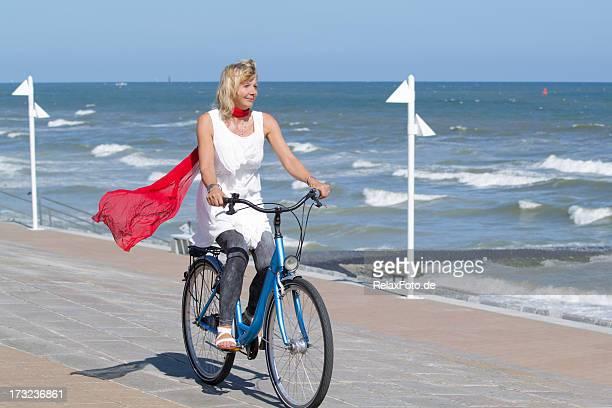 Weibliche Radfahrer Fahrrad fahren am Meer im Sommer