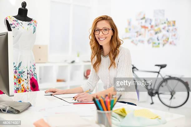 Weibliche Designer arbeiten.