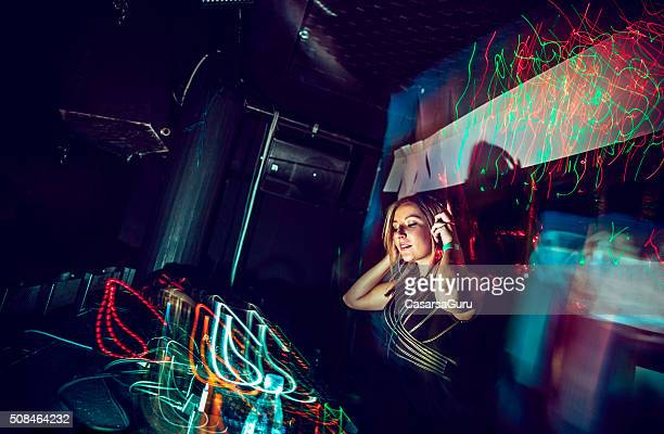 Femme DJ en discothèque