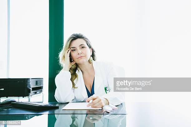 Ärztin im Büro