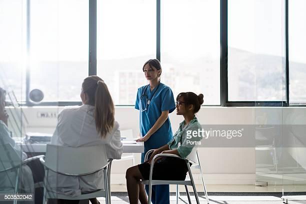 Doctora hablando con equipo del escritorio