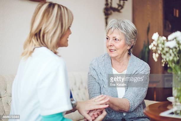 Femme médecin examine un patient senior