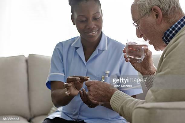 Femme médecin donnant des médicaments de personnes âgées patient
