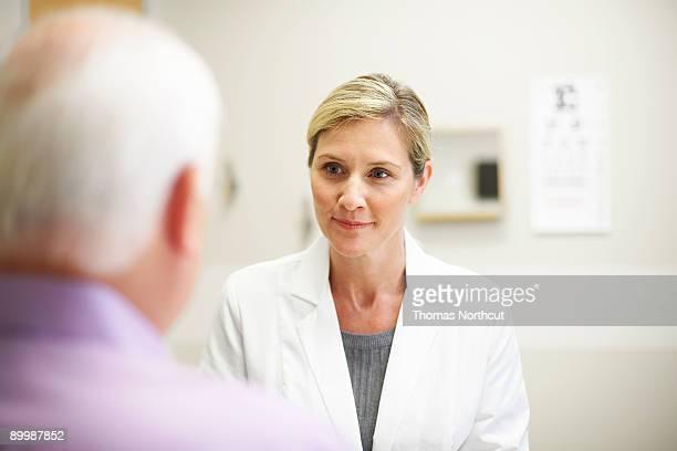 Doctora en una conversación con maduros paciente