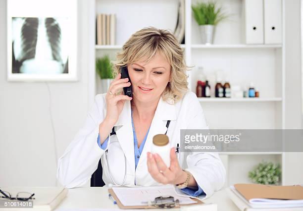 Femme docteur en médecine de travail