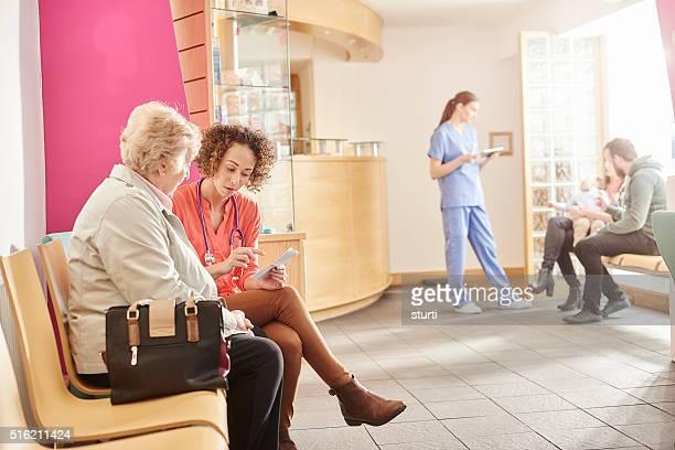 Weiblich Arzt im Wartezimmer Ihrer Klinik