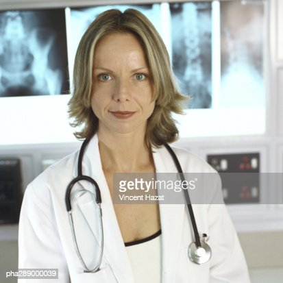 Female doctor in x-ray lab : Stock Photo