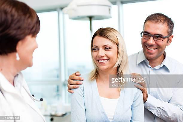 Ärztin sprechen mit Paar mittleren Alters