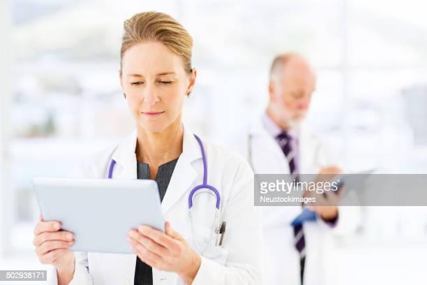 Weiblich Arzt mit Tablet PC im Krankenhaus