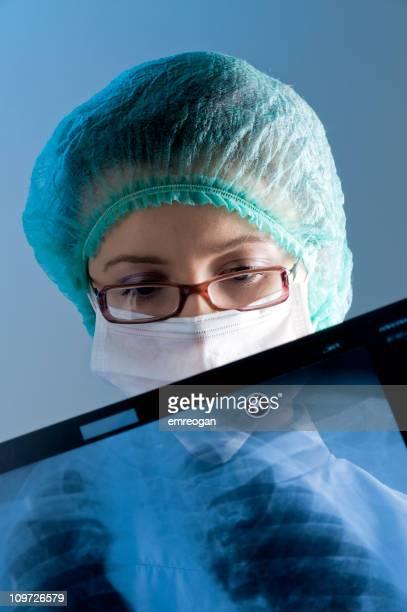 Ärztin mit Maske, die ein X-ray