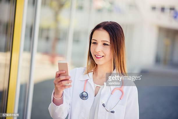 女医、携帯電話