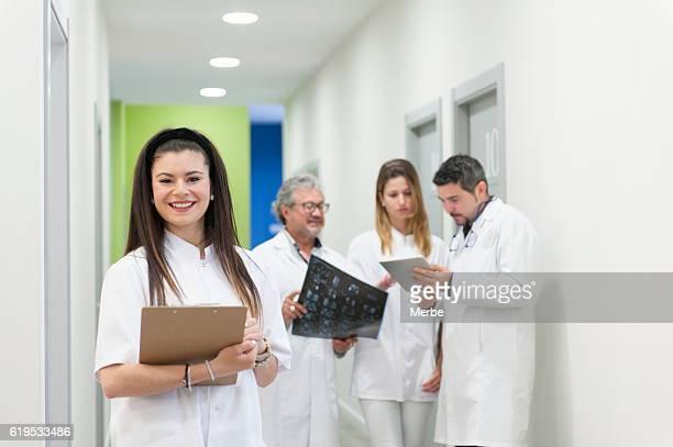Mujer con su equipo médico