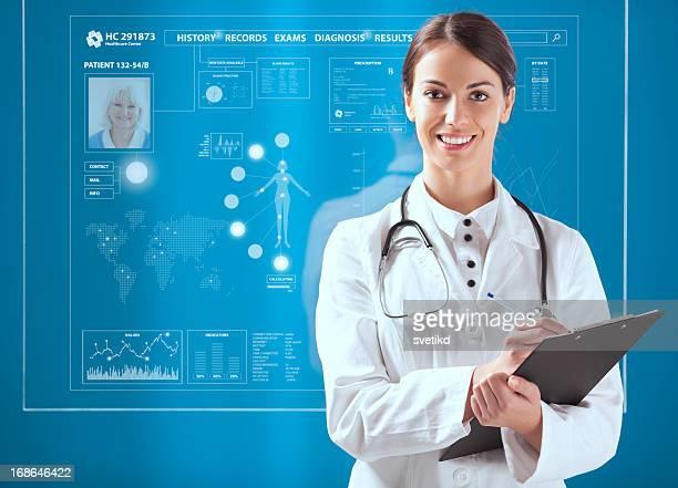 Femme médecin travaillant sur transparent moniteur.