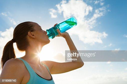 Mulher água potável : Foto de stock