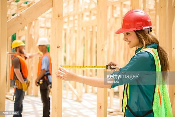 Weibliche engineeer, Kontrollinspektoren. Bau Arbeit Website. Gerahmte Gebäude.