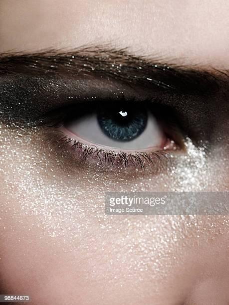 Femme avec maquillage pour les yeux argent
