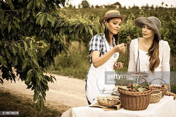 Weibliche Farmer verkaufen Bio-Kirschen