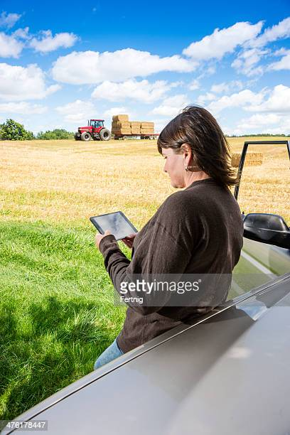 Agriculteur femme à l'aide d'une tablette ordinateur