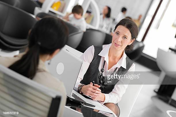 Mujer hablando con su asesor financiero del cliente