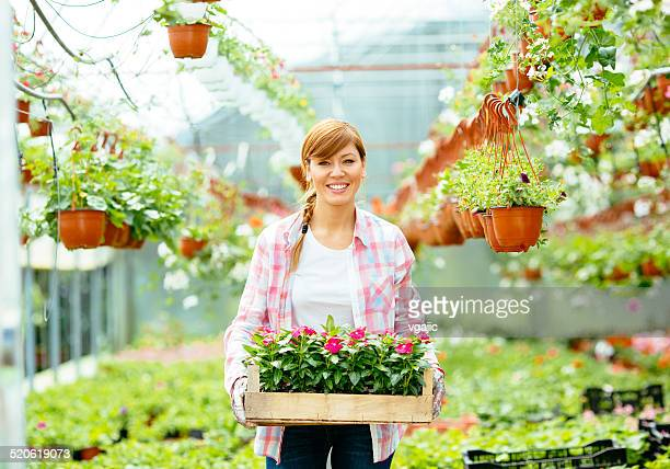 女性花屋キャリー木製のケージの花します。