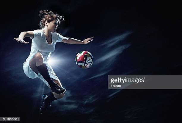 Weibliche Fußball-Spieler in Aktion