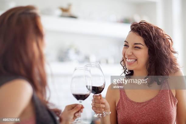 Femininos amigos desfrutar de um copo de vinho